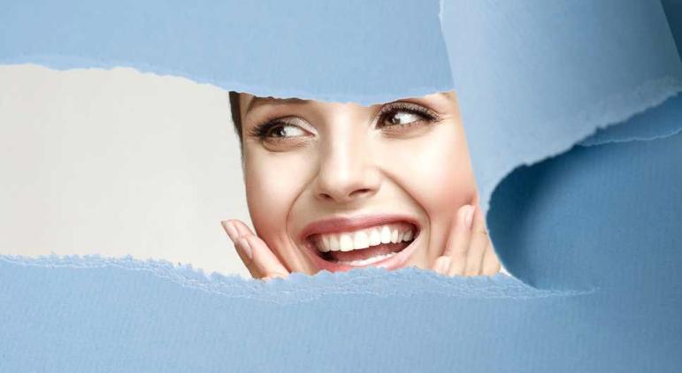 Lachende Frau mit reiner Haut
